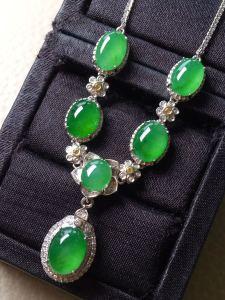 ❤。冰种阳绿蛋面锁骨项链,翠色盈盈,优雅动人,最大最小裸石:9.3-7.2-2.7,6.9-6.2-2.5mm