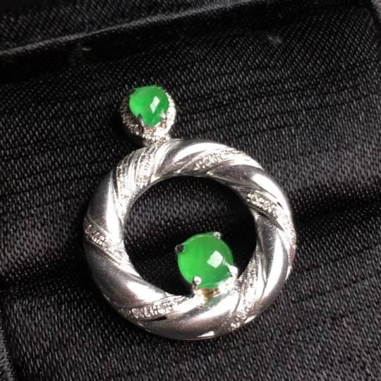 冰阳绿蛋面戒指吊坠精美别致,玉质细腻,完美套装价