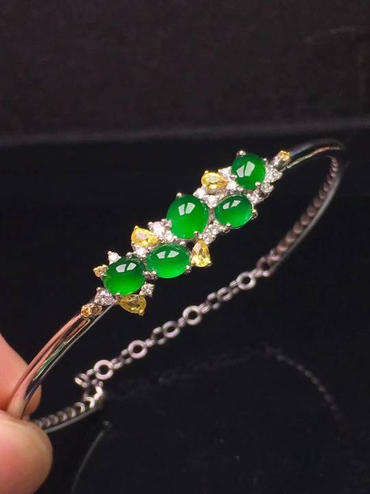 18k白金伴钻宝石镶嵌冰种阳绿群镶手镯