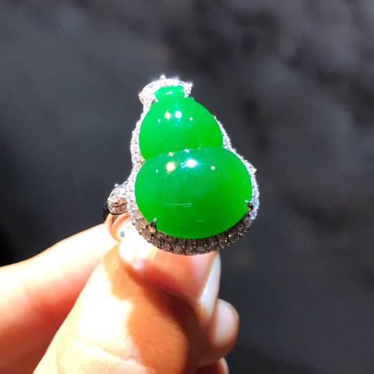 辣绿葫芦吊坠➕戒指两用款,色泽辣绿,莹润饱满,水灵大气,尺寸如图,️