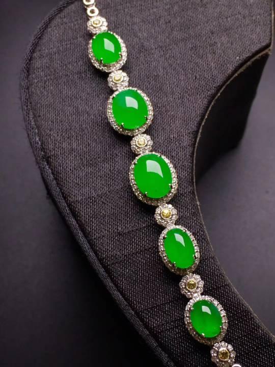 高冰阳绿手链   完美饱满    冰透水绿    色泽艳丽   优雅气质  18k金钻镶嵌  性价比超高    自留或者送礼最佳品