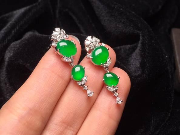 【质量辣绿鸽子蛋耳坠】新品首发,顶级工艺时尚款式,实物很漂亮,水润10足,重金足钻镶嵌,性价比超高。完美。整体29.2X10X5.3裸石8.8X6.7X3.3特惠����